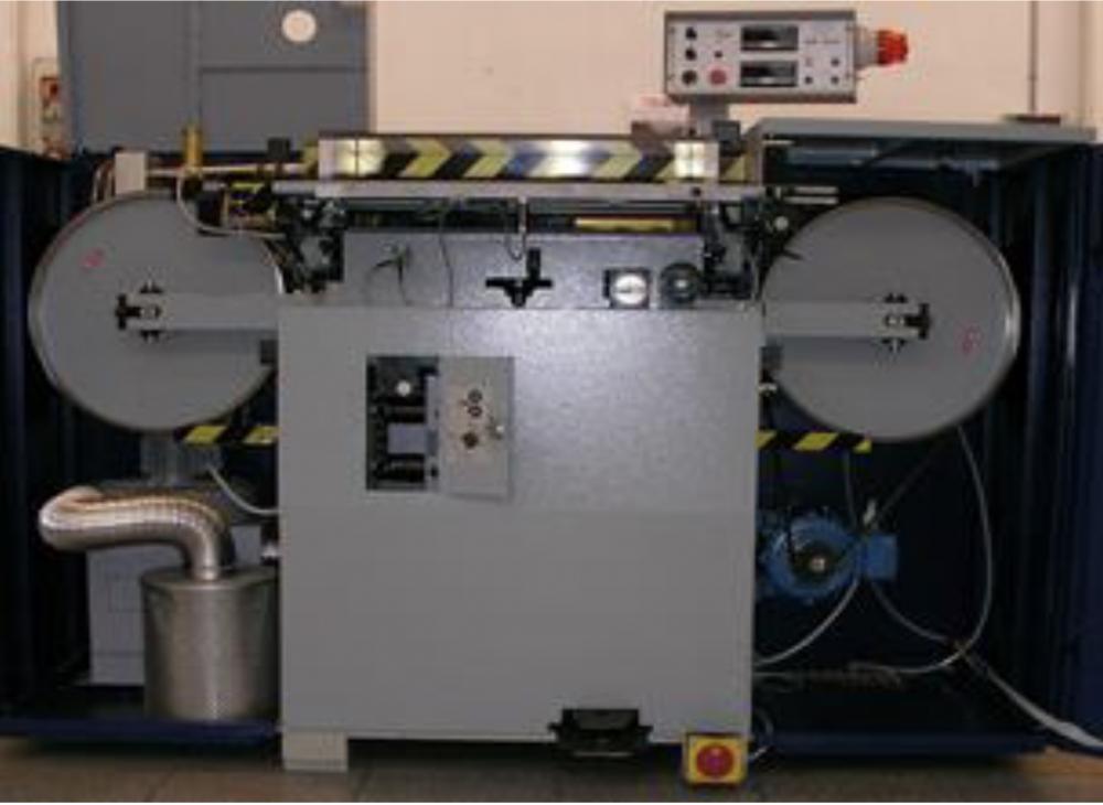 電気モーターで駆動するプーリー上を回転する刃によって、材料がスライスされます。