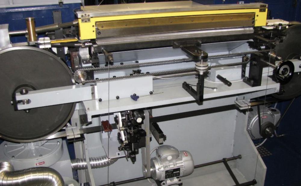 刃は、材料がずれないように、面取り加工されています。